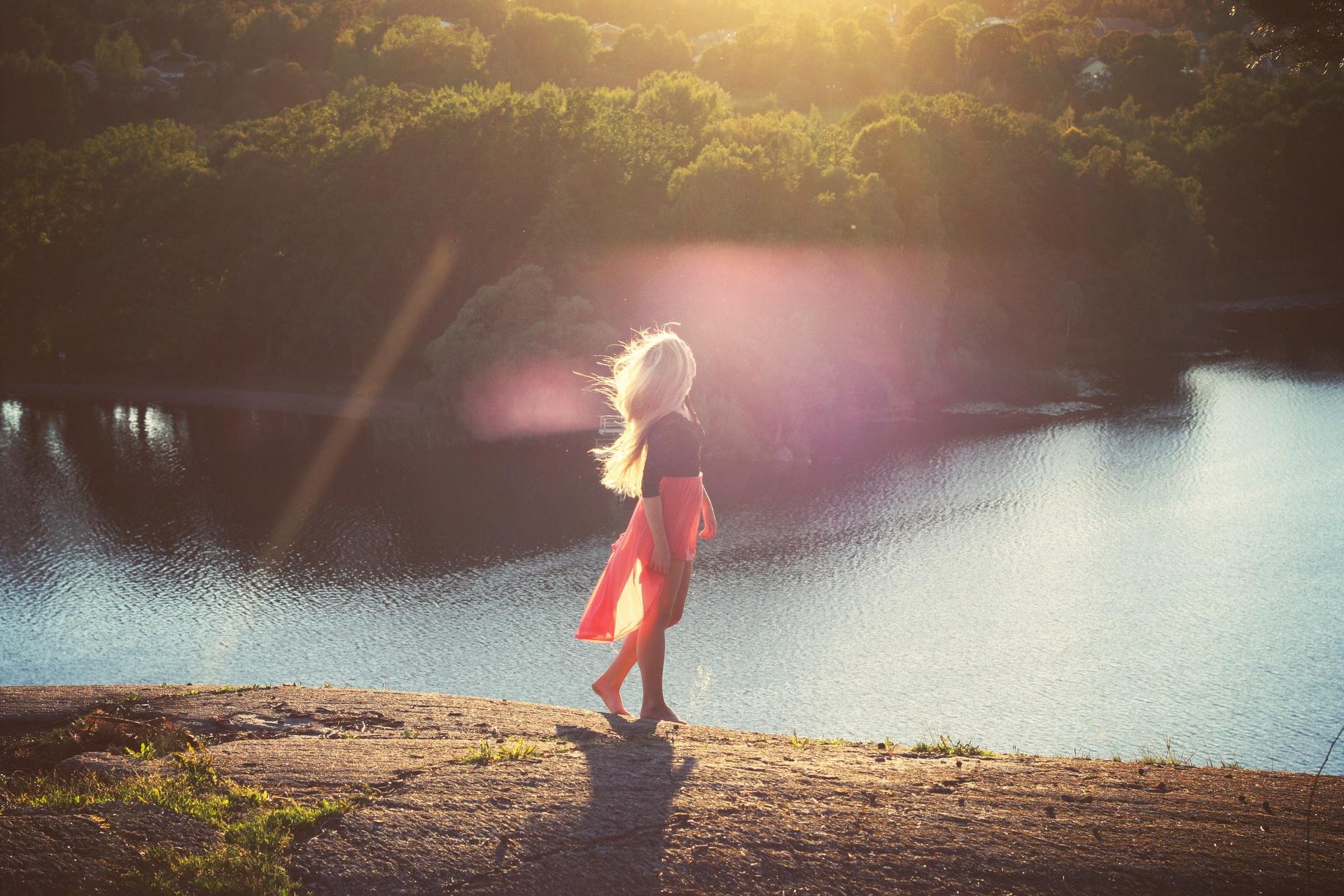 Woman-walking-at-a-lake